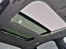 【サンルーフ】閉塞的な空間になりがちな車内の中で、開放感を与えてくれるサンルーフは大人気の装備です!