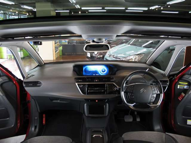 ゼニスウィンドとパノラミックルーフのおかげで開放的な車内は明るくドライブも快適です!!
