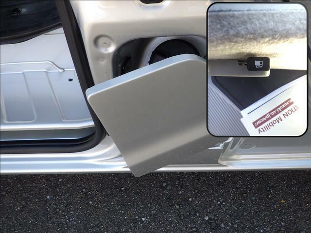 ガソリン給油口は運転席側に有りフューエルリッドオープナーも運転席の足元に装備していますので便利です。