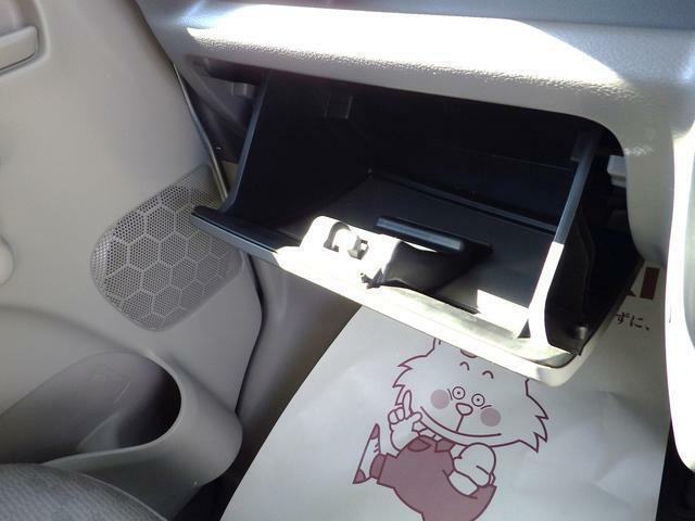 大きなグローボックスになりますので車検証とかがスッポリと入ります。