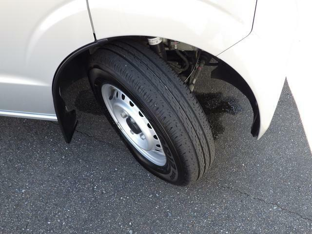 走行が少ないのでタイヤの溝はまだまだ充分です。車両点検渡しですから再度点検で確認致します。