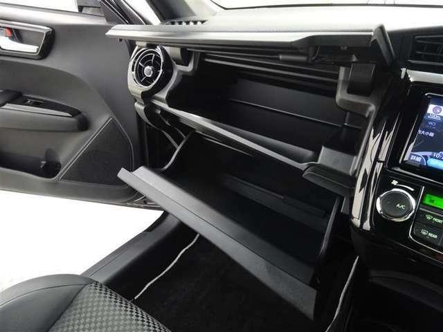 助手席前の収納ボックスは大型です、長距離ドライブ時もたくさん物が積むことができとても便利です♪
