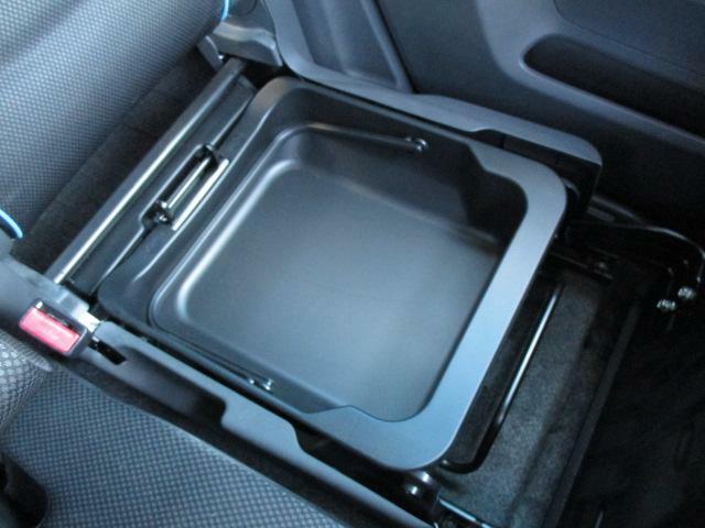 助手席シート下にも収納スペースを装備!