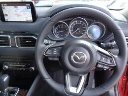 ステアリングにスイッチ類がたくさん付いています。オーディオスイッチ・ハンズフリー・レーダークルーズコントロール等です。ぜひ現車を見に来てください。