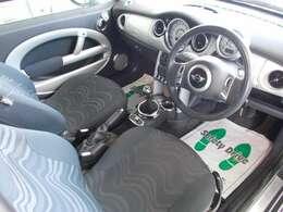 デザインがオシャレな車内です♪