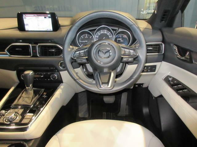 ドライバーを中心に操作機器や計器類を左右対称に配置したマツダ車共通のコクピットデザイン! 先代よりも高さをアップしたフロアコンソールにニーパッドを配置し、機能性と共にSUVらしい剛性感あるデザインとな