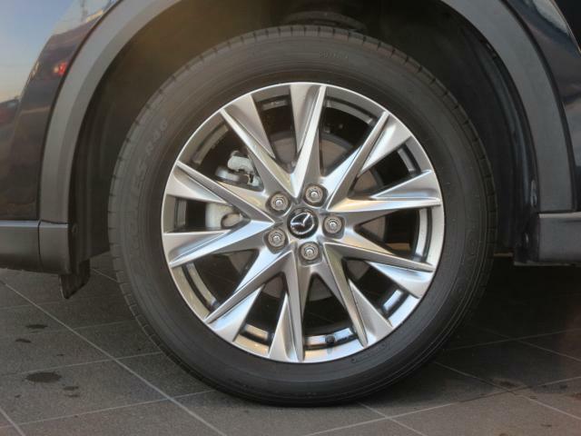 純正の19インチアルミホイールです。大きさ、デザインとも大迫力です。タイヤの溝もまだまだたっぷりございます!
