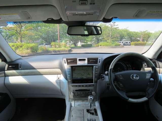 セダンで大きな車ですが、前方は見えやすく運転しやすいお車です。