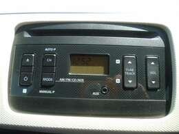 メーカー純正のCDデッキがついています。CDとAUX端子が使えます。