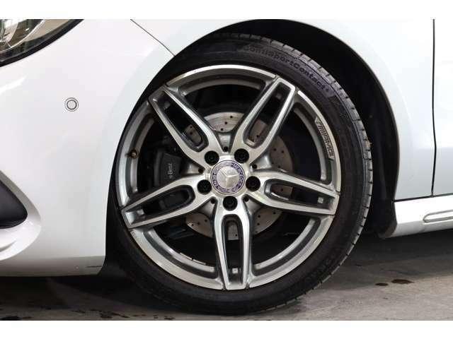 AMG18インチ5ツインスポークアルミホイールを装着し、スポーティな足元です。ドリルドローターやロゴ入りキャリパーなど制動力・操作性・耐久性に優れたブレーキシステムを導入しております。