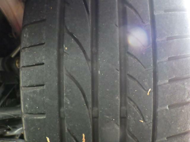 フロントタイヤの溝の状態。