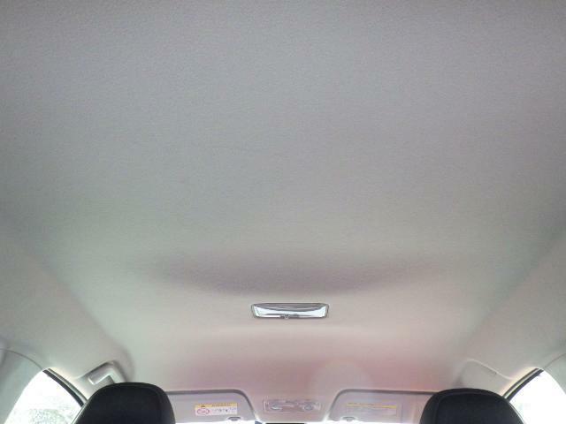 天井(ルーフ)の状態。目立つタバコのヤニ汚れやたるみは確認できません。