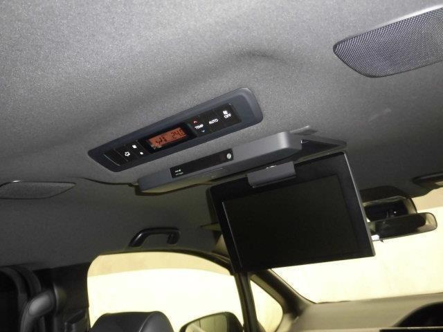 助手席の後ろにはリアモニタ-が付いていました。嬉しい装備ですね。