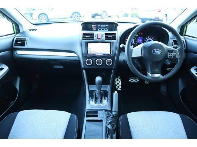 スポーティなインテリア☆少々高めのアイポイントで運転しやすいお車です!