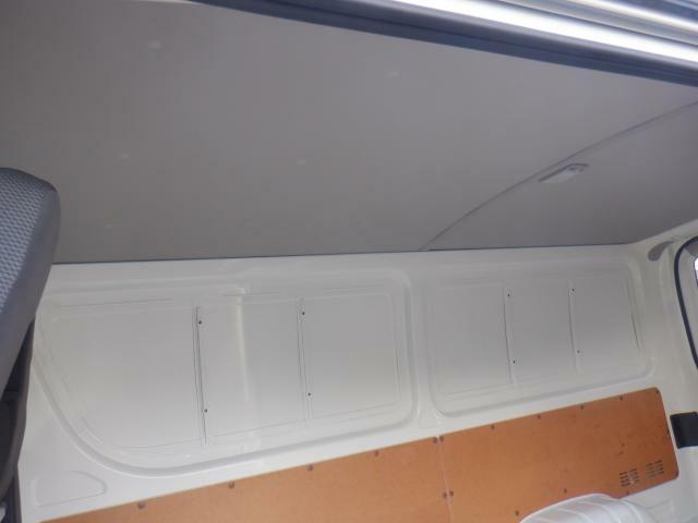 天井の内張りも良好です。