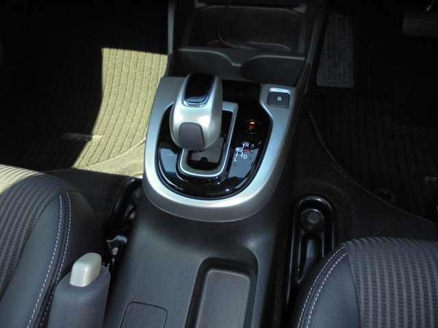 ハイブリッド車特有の小型セレクトノブは軽いタッチでスマートに操作できますよ!