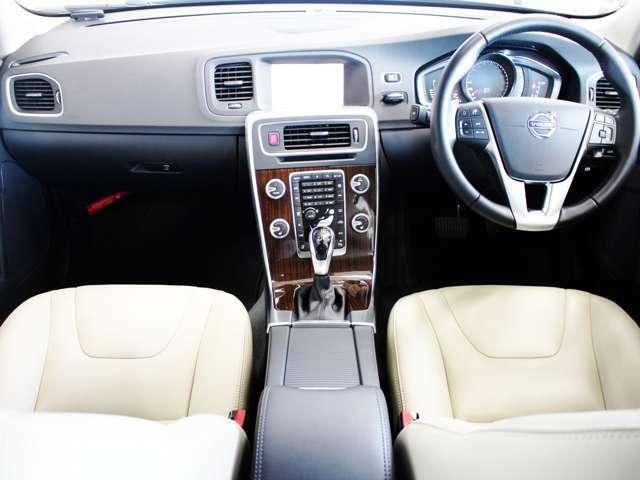 ボディと同様に流線型のデザインが特徴的なコックピットです コンソールはやや運転席側に傾き、パーソナルなドライビングカーの雰囲気を感じさせます