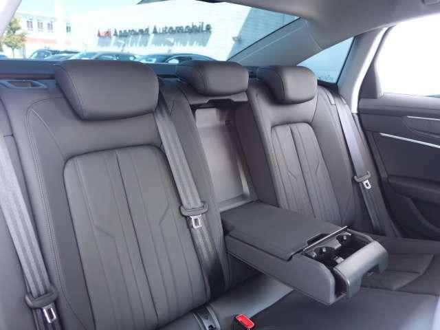 使用感の殆ど無いリアシート。後部座席は高品質な素材が優しく包み込みます。長距離のドライブも快適にお過ごしいただけます!