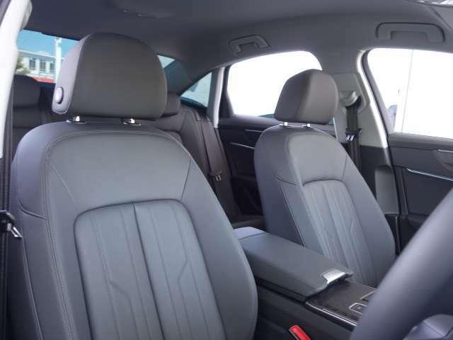 ●座面が大きく、適度な硬さで長距離移動の際も疲れにくいです。センターアームレストにはドリンクホルダーもついており、より快適にドライブをお楽しみいただけます。
