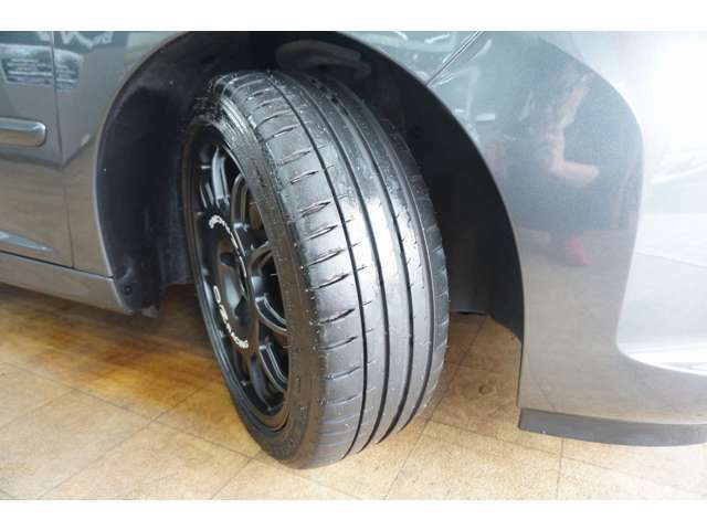 タイヤ溝もご覧の通り十分残っております。