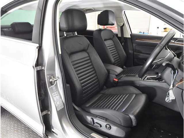 運転席・助手席ともにとてもきれいです。気持ち良くお乗りいただけます。エアベンチレーション&シートヒーター、パワーシート付き