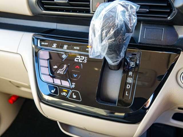 スマホ感覚でタッチパネル操作出来るエアコンパネル。温調・風量・風向など自動調整してくれるフルオートエアコンです!