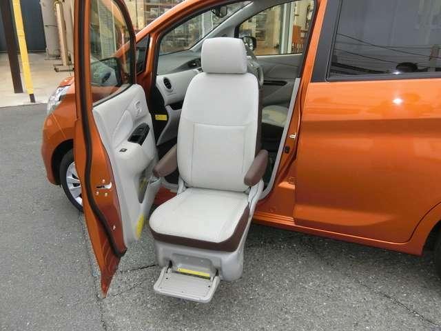 助手席スライドアップシート(電動回転・乗降、シート手動リクライニング、両側可倒式アームレスト、格納式フットレスト)!