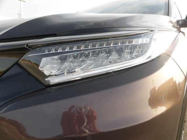 最新のLEDヘッドライトを装備!より広範囲を照射して、安心できる視界を確保します。かなり明るいので、夜間、雨天時も快適にドライブできます。