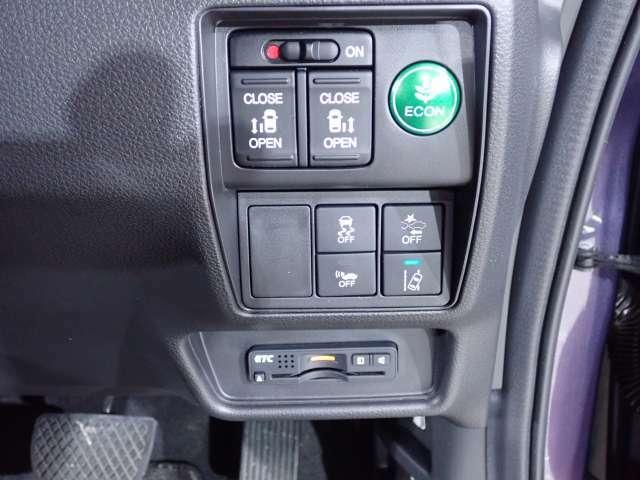 乗り降りの手間を軽減してくれる両側電動スライドドア、VSAが走行中の車のタイヤのスリップを感知して、安全な走行をアシスト、ETC付きで有料道路をスムーズに。機能満載です。