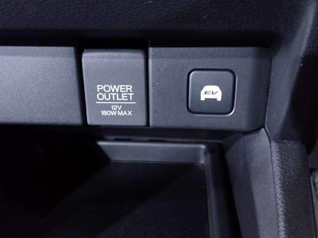 静かに走りたい時に。EVスイッチ。ONにするとバッテリーからの電力を使い、モーターだけで走行。住宅街の走行でエンジン音を控えたい時などに便利です。