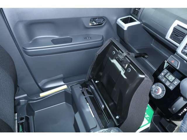 電動格納ミラー搭載です。狭い所に駐車の際には大変役に立ちます。
