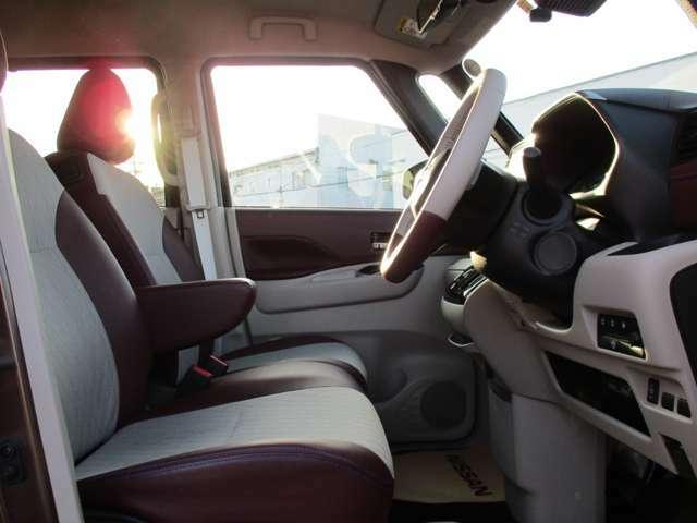 視界広々で運転しやすいと評判の前席!専用のレザー調トリコットコンビシート!