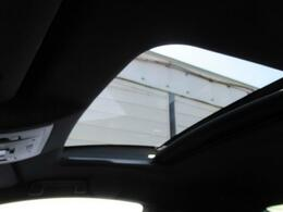 サンルーフの装備で開放感溢れる車内をお楽しみ下さい。