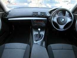 内装はブラック&グレーを基調としたシックでスポーティーな雰囲気の車内になっております♪パネル類にも目立つキズや汚れ等も無くとてもキレイな状態です♪
