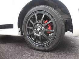ガンメタリックがオシャレな純正アルミホイール!ブレーキキャリパーは赤色に塗装がされております。