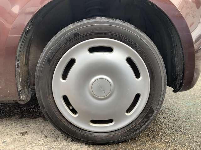 タイヤはノーマルタイヤをはいており、タイヤサイズは155/65R14、タイヤ山はおおよそ各2分山程度とかなり少なくなってきている印象でした。 スペアタイヤは新車時からもともと無しでパンク修理キット積み