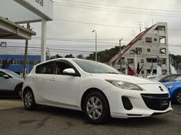 ボディカラーは、新車販売時にも人気のあったクリスタルホワイトパールマイカになります。対向車のライトや水銀灯の下でギラギラと鮮やかに輝くボディカラーでございます。