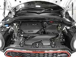 BMW製2.0L直列4気筒ターボエンジン。231PS/350Nm(カタログ値) エンジンルーム内はきれいな状態です。