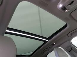 ◆後席まで広がるパノラマガラススライディングルーフを装備します。チルト・スライドオープン機能を備えており解放感溢れる素敵なドライブを存分にお楽しみいただけます!