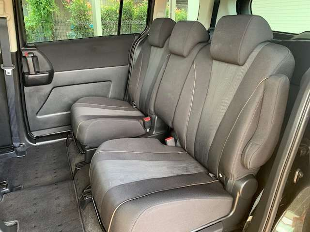 ゆったり座れる2ndシート!足元スペースも広々としていて、乗り心地も良いです!シートの座り心地も良くてくつろげますよ♪