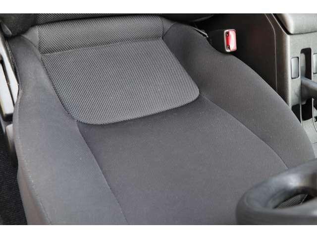 運転席になります。シート状態もヘタリが少なく、切れ等もございません。純正フロアマットを装着しております。禁煙車です。