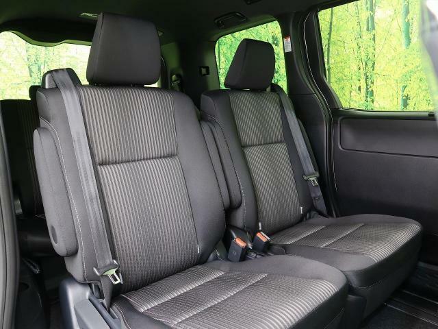 リアシートは大人も子どもも、ゆったりと座れるスペースが確保されています!長距離ドライブでも安心してお出かけいただけます☆シートアレンジも様々です☆