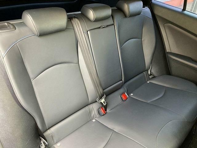 リヤシートも綺麗で、大人三人ゆったりと座れます!