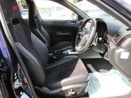 専用インテリア&専用スポーツシート搭載♪ 質感の良い、ハーフレザーシート搭載で、長距離ドライブも安心です♪ 専用STIシートが人気ですね♪