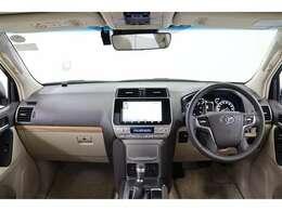 上級SUVに求められる質感の高さ、高級感漂うステアリング廻りです。