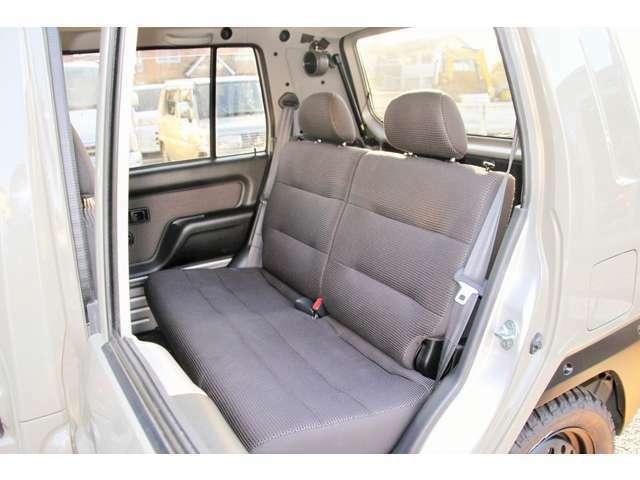 後部座席は厚みの有るセパレートシート