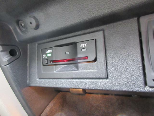 DSRC(ETC)付きグローブボックス内に設置で、運転席や助手席の足元の見た目もすっきりとまとまります。