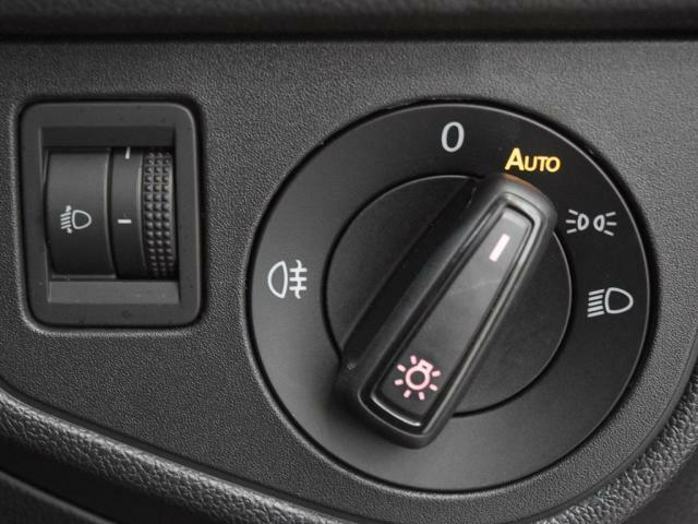 ロータリー式のヘッドライトスイッチ。オートライト機能付きで夜道やトンネルも安心です。