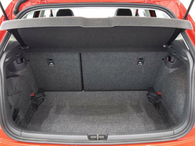 トランクのアンダーボードを1段下げる(訳100mm)事でより高さのある荷物を載せる事ができます。