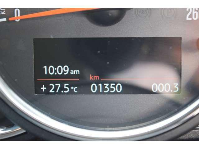 スピードメーター:右下のボタンを押すと、エンジンがかかってなくても、距離や時刻を見ることができます。